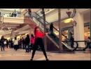 Танцуй, как будто никто не смотрит! Например, как эта девушка в торговом центре